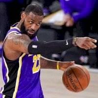 LeBron James acuerda $85 millones por dos años adicionales con los Lakers