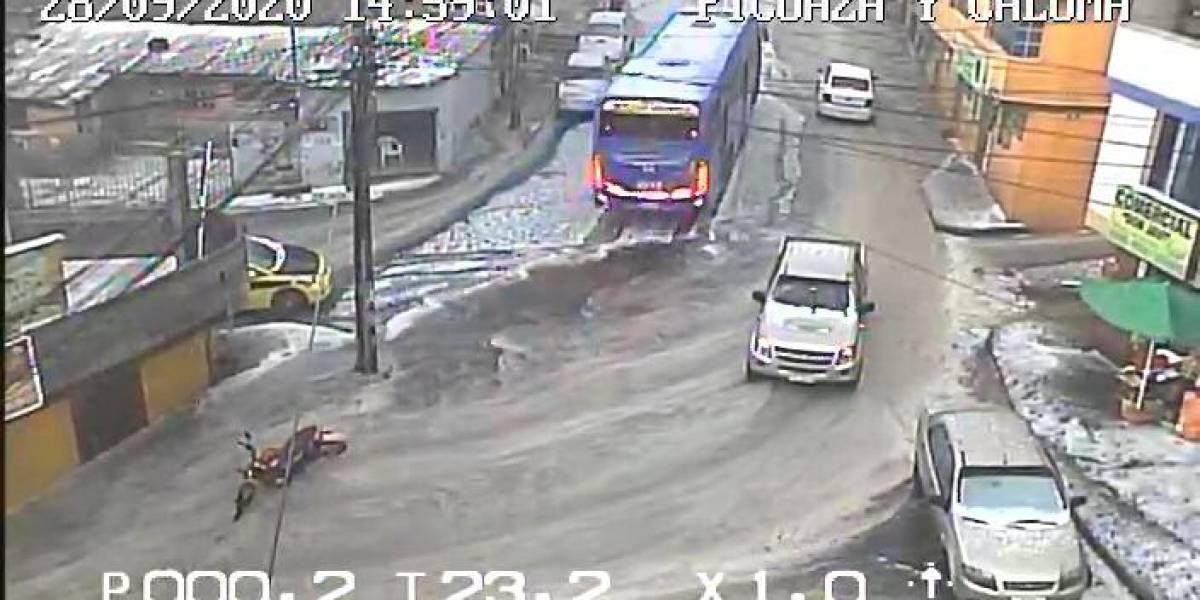 Videos: Buses y autos atrapados en el aguacero en Quito