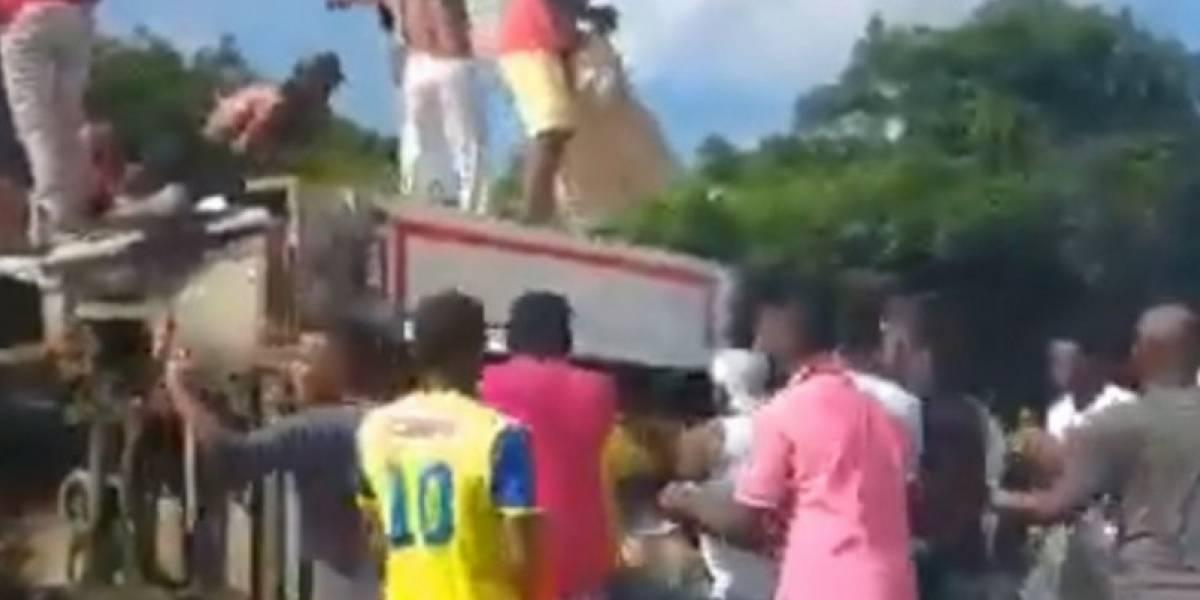 Se volcó tractomula y decenas de personas saqueron la comida que transportaba