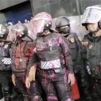 """""""Eres una gata y estás a mi servicio"""" Manifestante feminista lanza insultos contra mujer policía"""