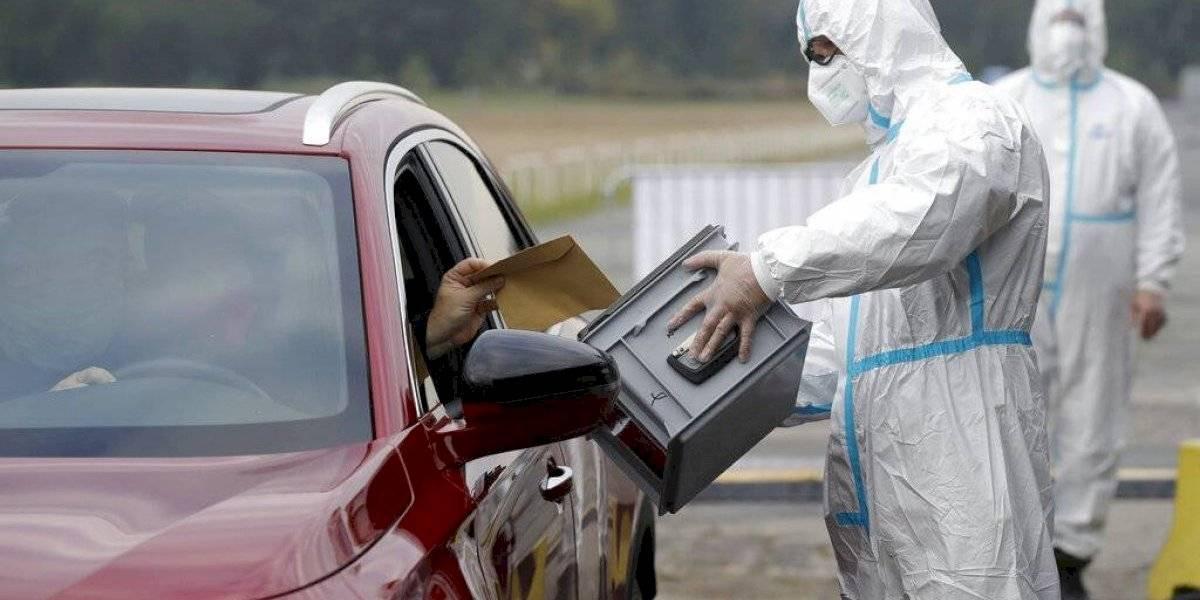 ¿Para el plebiscito no sirve?: checos en cuarentena votan en elecciones desde sus autos
