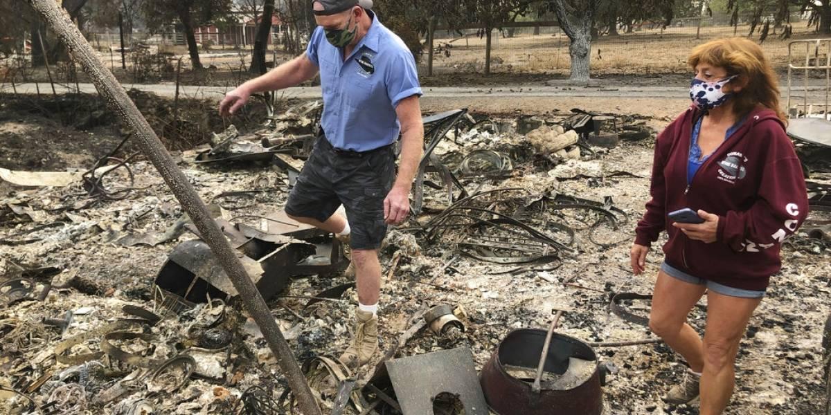 Evacuados por incendios en California encuentran devastación