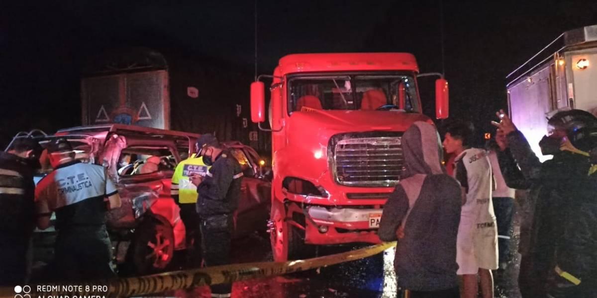 Fatal choque entre tanquero, furgoneta y camioneta en la vía Alóag - Santo Domingo