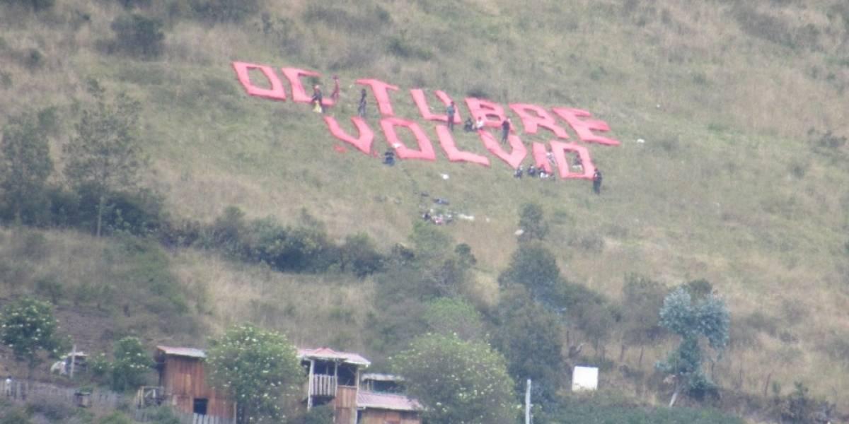 Retiran letras de tela de las faldas del Volcán Pichincha que colocó un grupo de personas