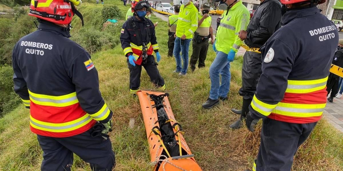 Bomberos rescatan cadáver de un hombre de 30 años en quebrada del sector La Ecuatoriana, sur de Quito