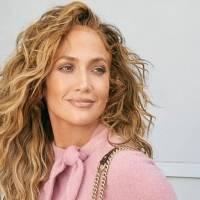 Jennifer Lopez enamora con un vestido rosa tipo suéter de cuello tortuga y botines de gamuza trenzados