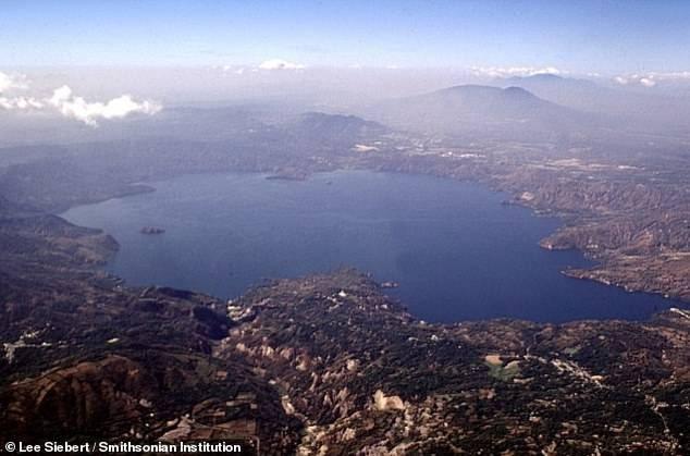 Lago Ilopango, donde en algún momento el volcán hizo erupción y arrasó con varios pueblos mayas.