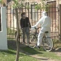 Enfermero argentino recorre su localidad en bicicleta atendiendo pacientes con Covid-19
