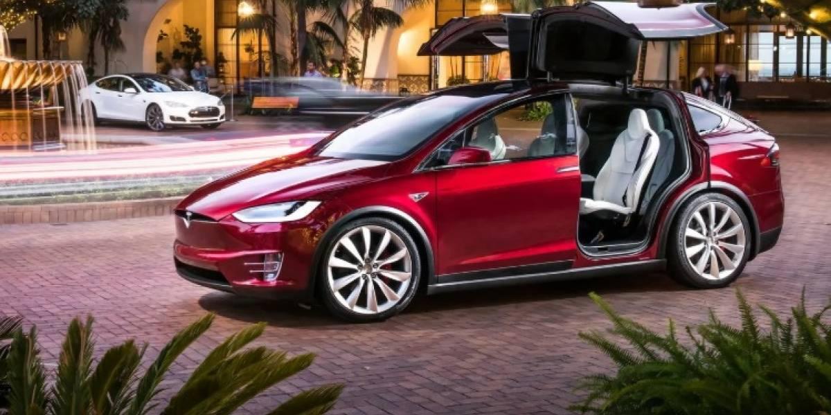 Dueño de un Tesla Model X muestra cómo trabaja el piloto automático
