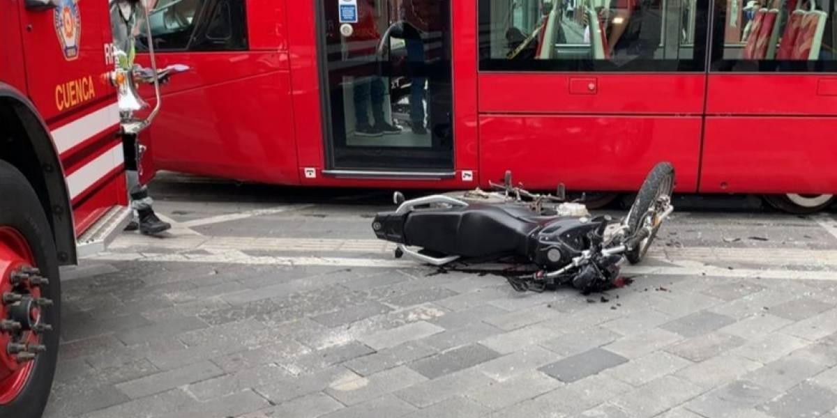 Motociclista perdió la vida al chocar contra el Tranvía en Cuenca