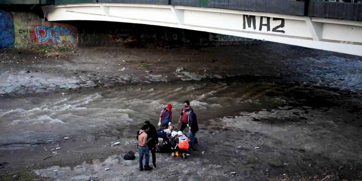 Video muestra momento exacto en que joven de 16 años cae al río Mapocho
