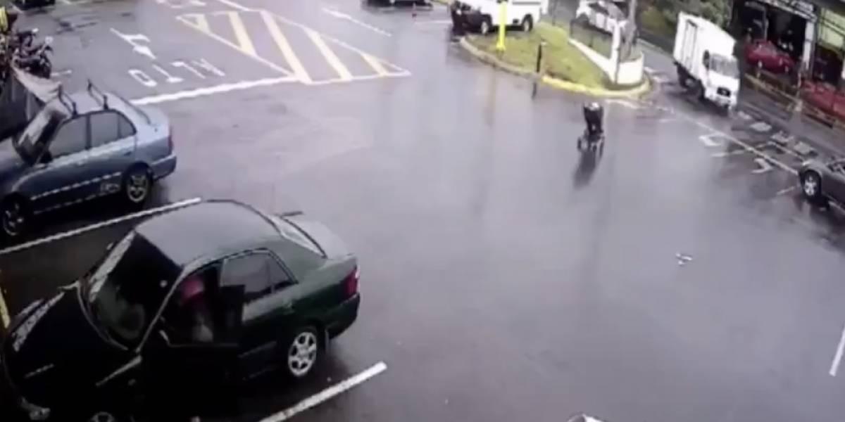 Impacto e indignación en redes por coche de guagua que se salva de ser atropellado