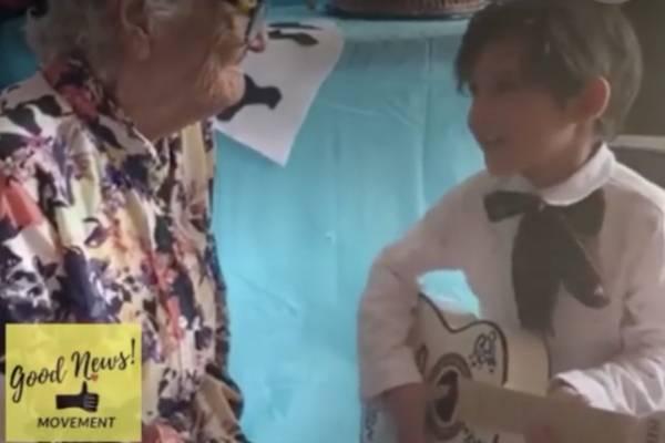 """Lo más tierno del día: niño canta """"Recuérdame""""  de """"Coco"""" a su bisabuela"""