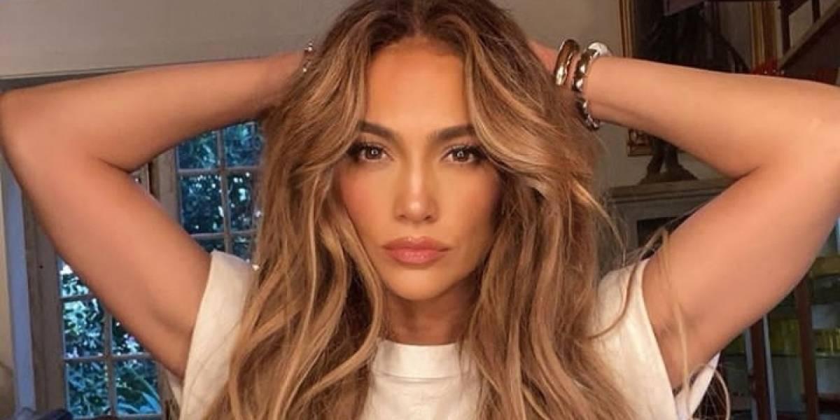 Jennifer Lopez enamora con un look retro de short rojo de látex, top blanco y boina francesa
