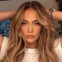 Jennifer Lopez luce delicada y rebelde en una falda plisada de gasa blanca y una chamarra de cuero