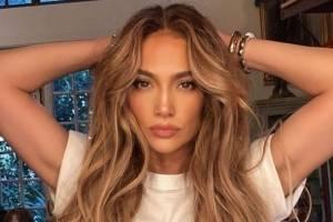 Jennifer Lopez es la reina de los abdominales con un jeans a la cadera y un crop top tejido