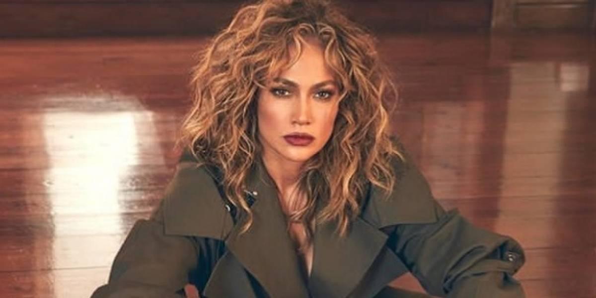 Jennifer Lopez muestra su celulitis en un coqueto vestido de seda verde esmeralda