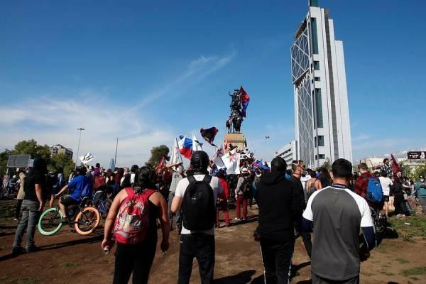 """Nuevos incidentes en la Plaza Italia: """"barristas"""" del fútbol se enfrentan con carabineros"""