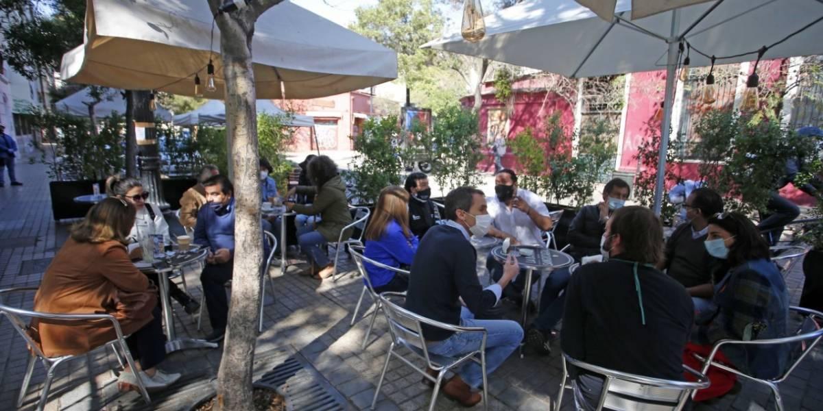 Con la mesa servida: locales de Lastarria y otros barrios de Santiago abrieron sus terrazas al público