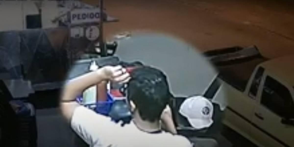 Vídeo flagra homem arrancando próprio cabelo e colocando em lanche para não pagá-lo