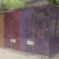 Instalan baños públicos transparentes en parques de Tokio