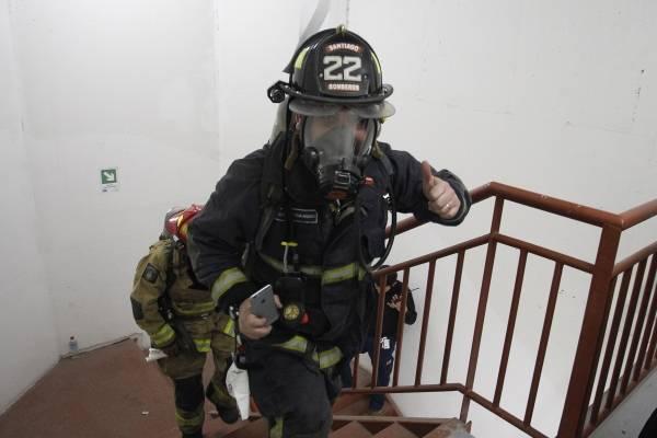 Mujer rocía azufre para alejar a perrita y se termina evacuando al edificio
