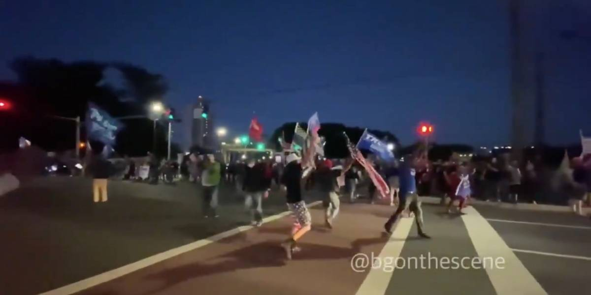 Simpatizantes de Trump se manifiestan frente al hospital donde permanece recluido el presidente