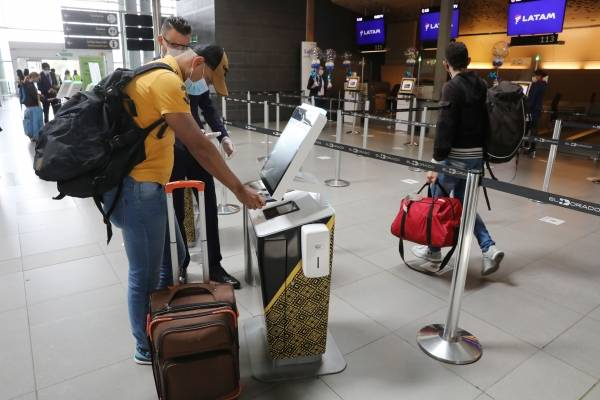 Jalón de orejas de alcaldía de Claudia López a aerolíneas por nuevos casos de viajeros con COVID