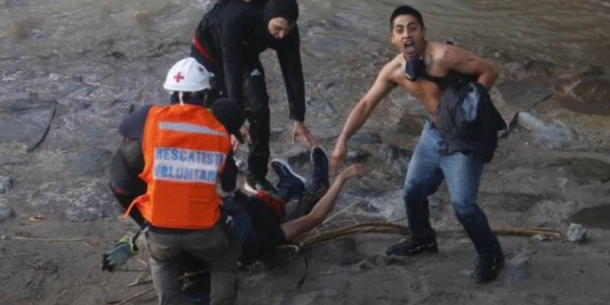 Aterrador video: policía arrojó a joven por un puente en plenas manifestaciones