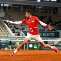 Novak Djokovic vuelve a propinar pelotazo a juez, ahora en Roland Garros