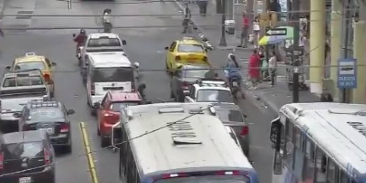Guayaquil: Captan robo a vehículos en semáforo ubicado en Salcedo y Rumichaca