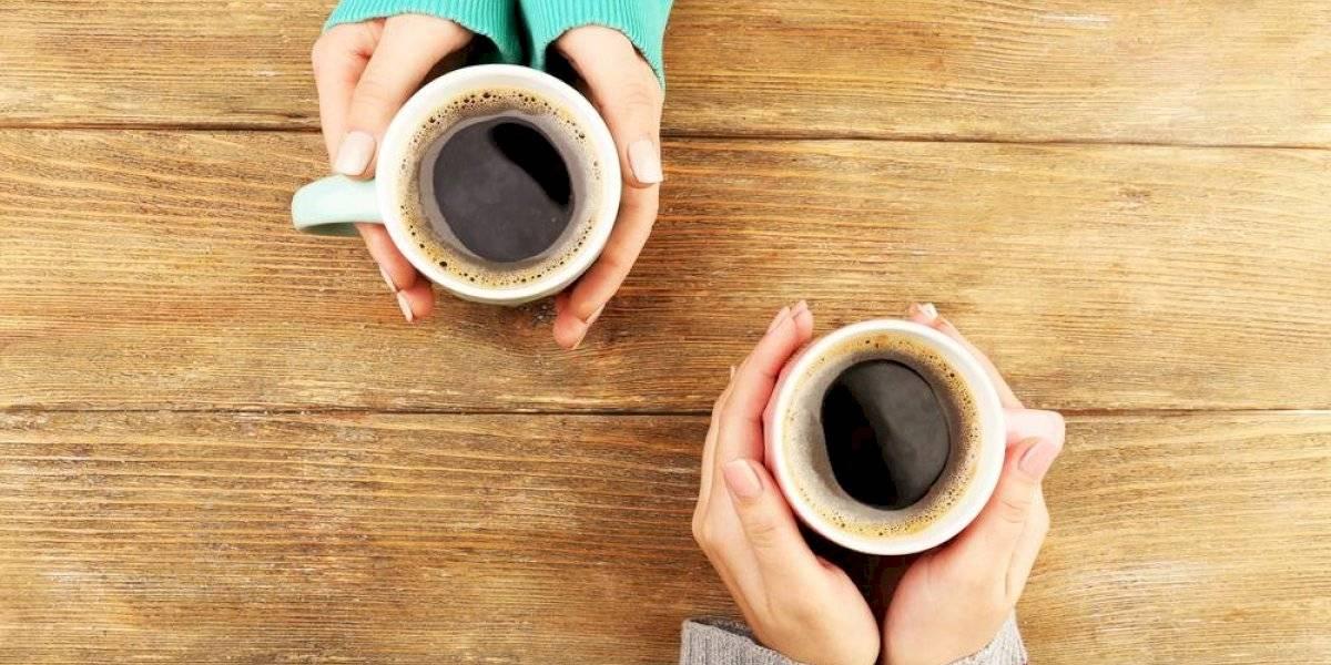 Tomar café al despertar sería dañino para la salud, según estudio
