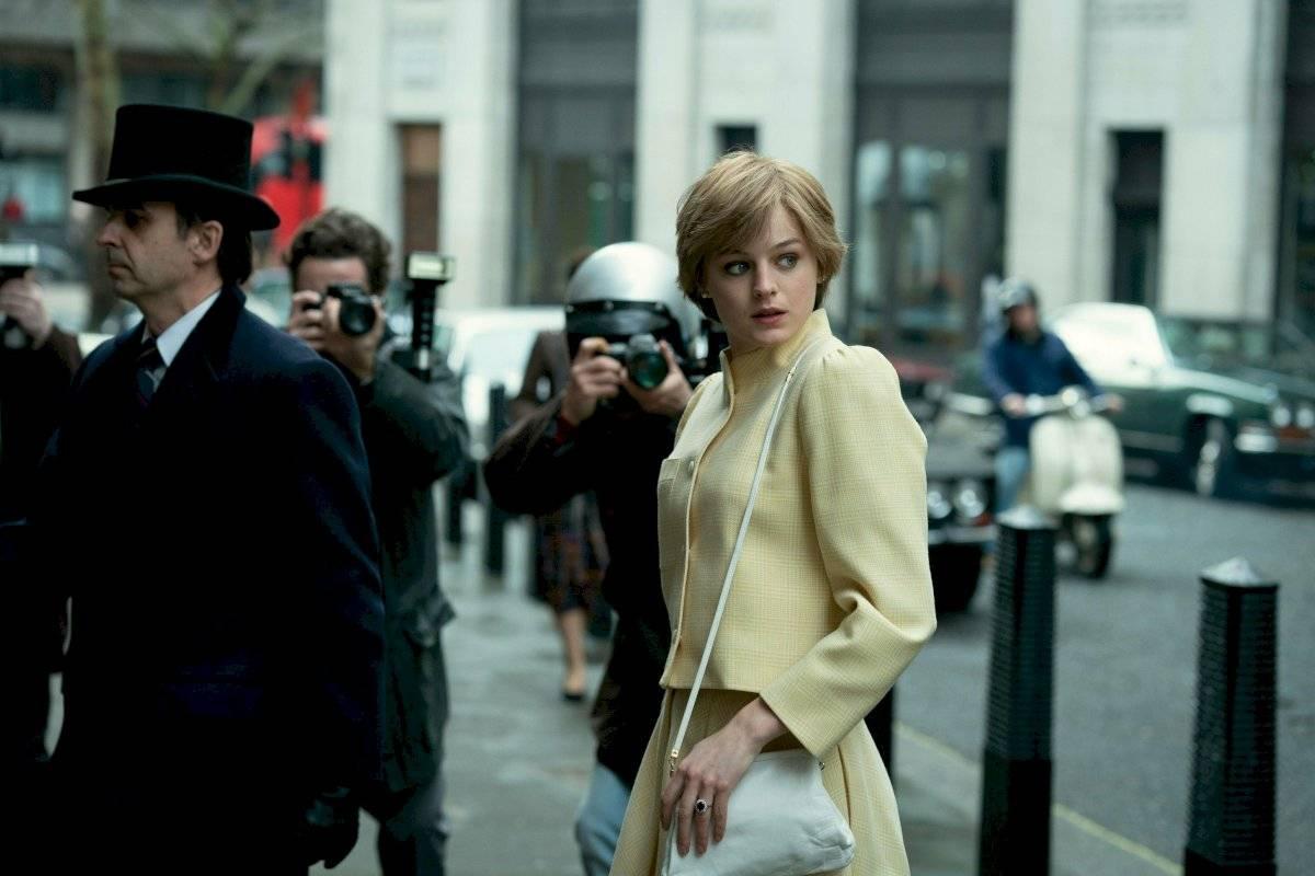 La princesa Diana en la serie caminando por Londres y rodeada de paparazzis