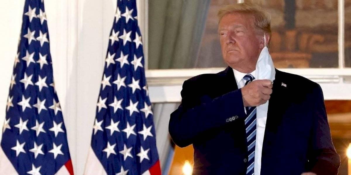 Fuertes críticas a Donald Trump por quitarse la mascarilla al regresar a la Casa Blanca