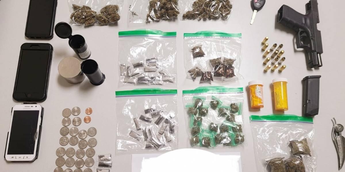Encuentran armas y drogas en arresto a conductor ebrio que se quedó dormido tras el volante en Isabela