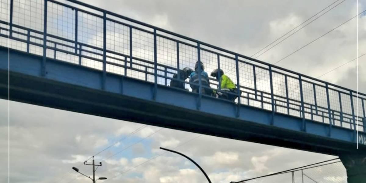 VIDEO: Agentes Metropolitanos de Tránsito evitaron que una señora se lancé desde un puente en Chillogallo, sur de Quito