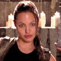 Angelina Jolie es pura elegancia y delicadeza con una falda blanca plisada de seda y un blazer exquisito