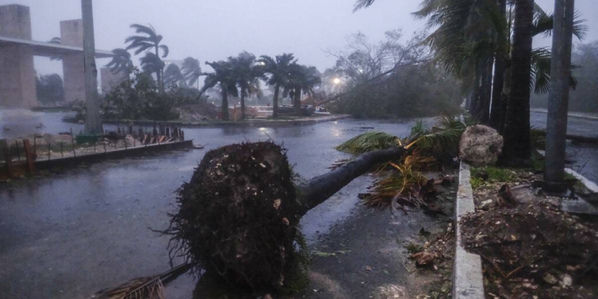 Fotos y videos del paso del huracán Delta por las playas de México