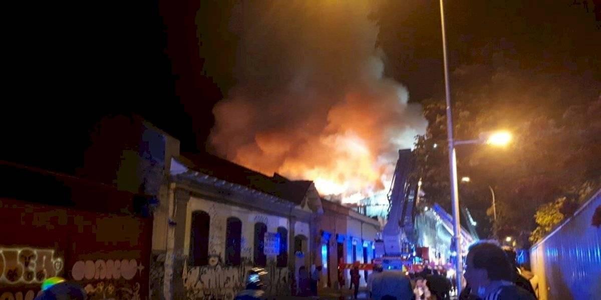 Incendio de gran magnitud moviliza a Bomberos en Santiago y deja al menos a 30 damnificados