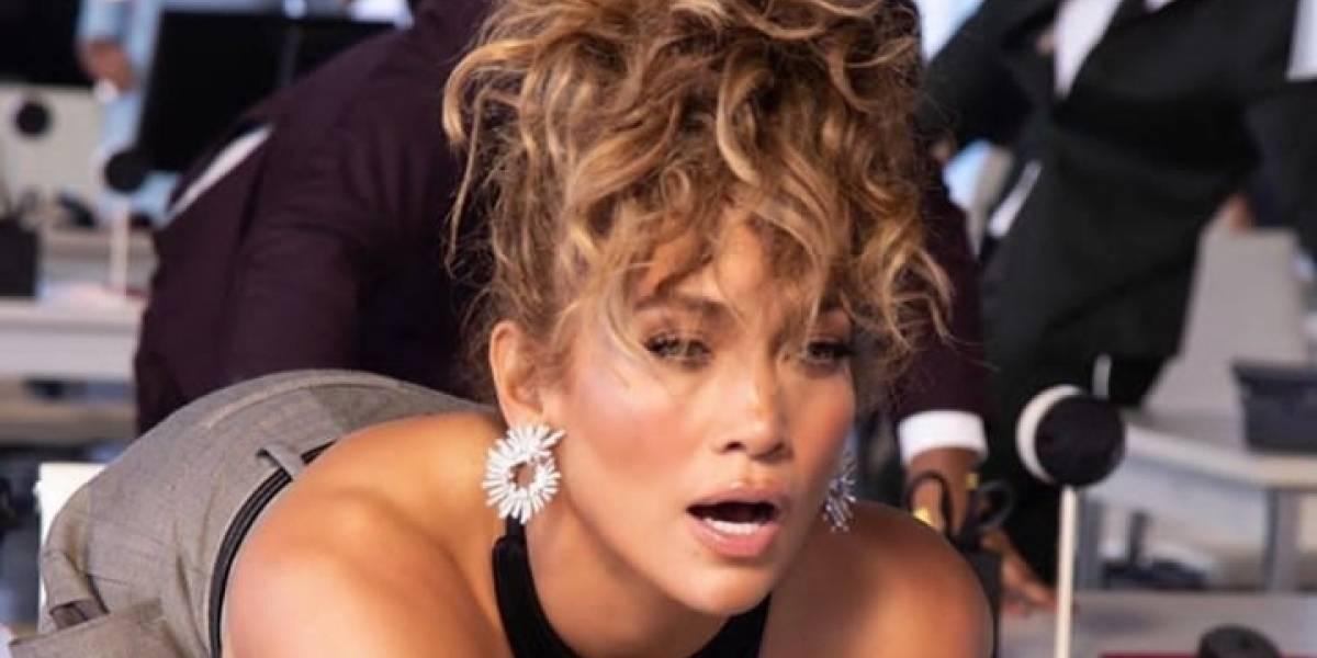 Jennifer Lopez luce espectacular con un pantalón tipo culotte y un top de malla dorada paseando en Nueva York