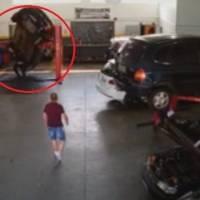 Vídeo: Homem escapa por pouco de ser esmagado por carro em oficina