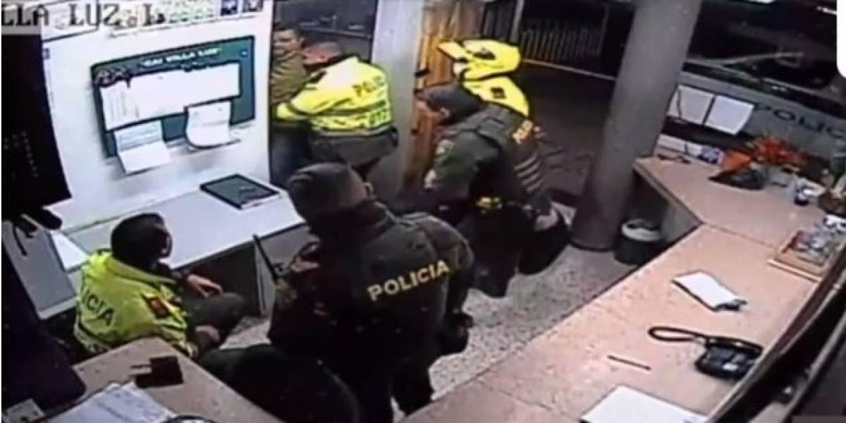 Revelan nuevo video de policías arrastrando a Javier Ordóñez en el CAI, momentos antes de morir