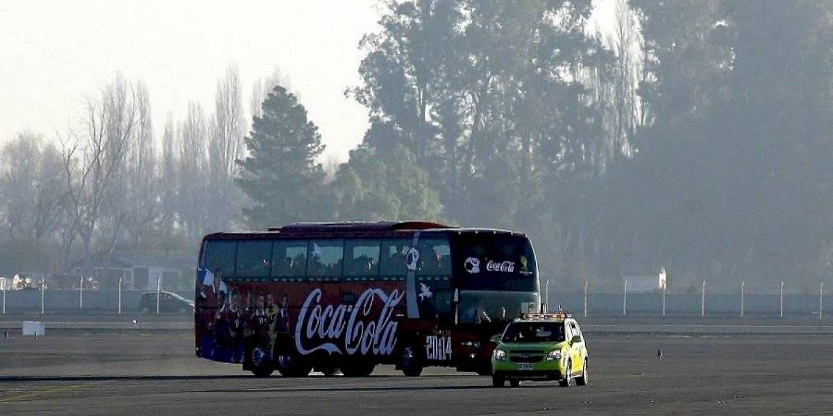 ¿Ya pinchó Rueda? El bus de la selección chilena tuvo problemas antes de llegar al Centenario