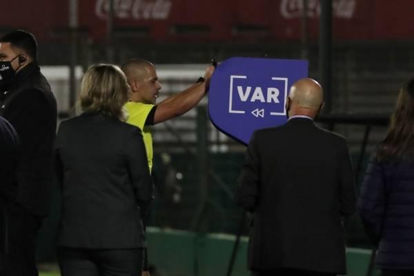 Claudio Bravo, Gary Medel y Jorge Valdivia mostraron todo su enojo con el VAR tras la derrota de Chile