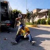 Recolectores de basura se viralizan tras 'convertirse en luchadores'