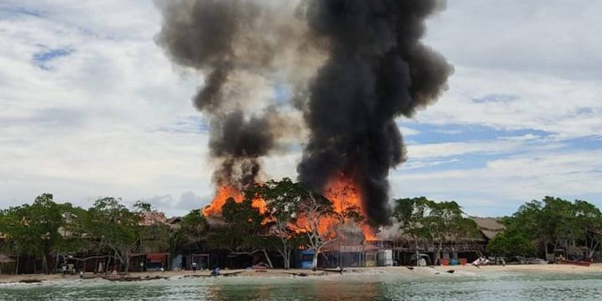 Incendio provocado por turistas destruyó diez quioscos en Playa Blanca