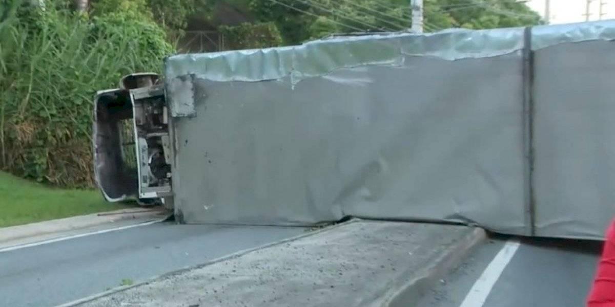 Se vuelca un camión en la carretera #1 en San Juan