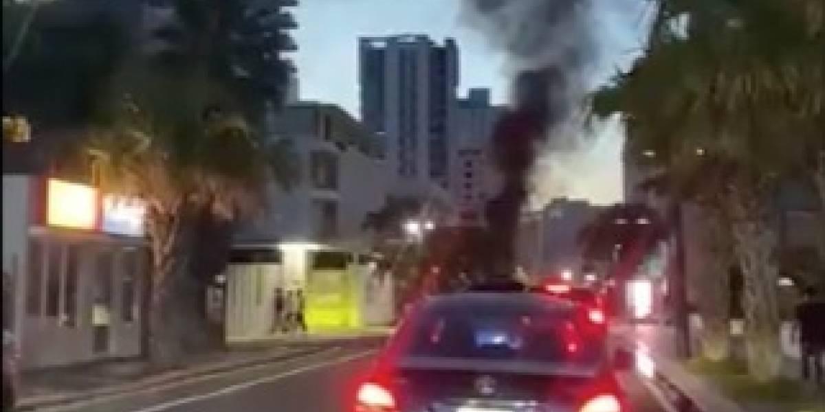 Auto se incendia frente a restaurante en Condado