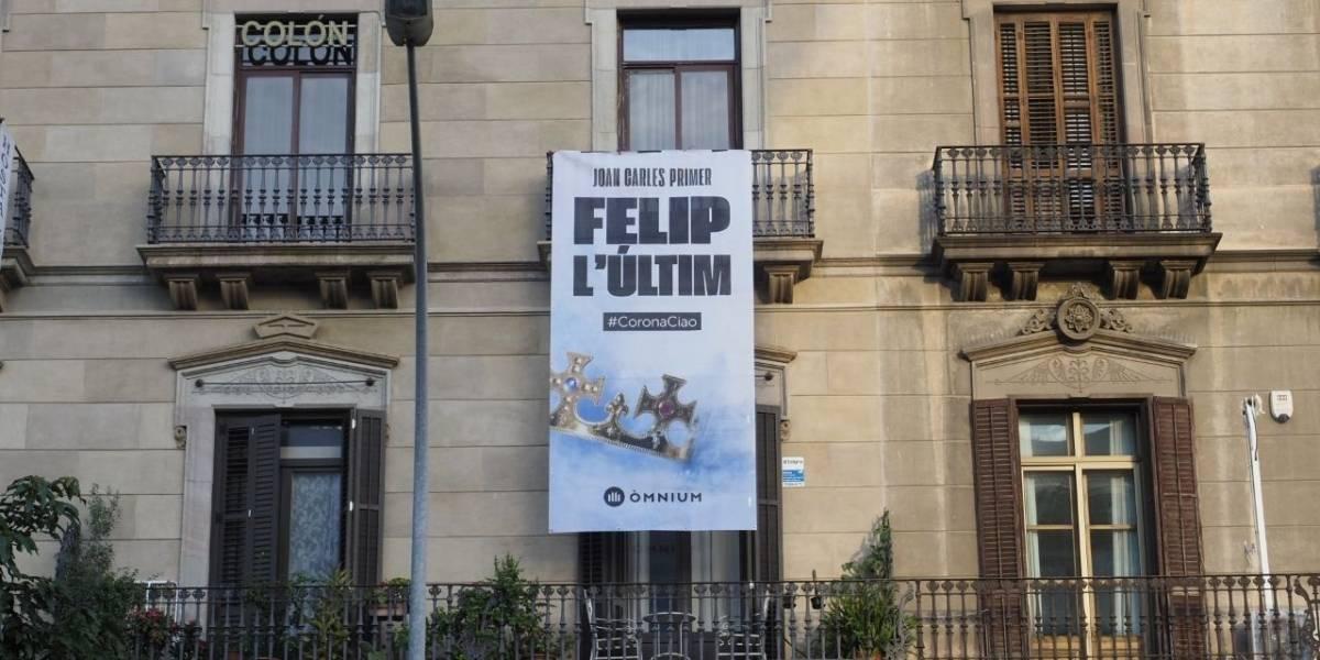 Rey Felipe.- Descuelgan la pancarta de Òmnium frente a la estación, a petición del propietario del edificio