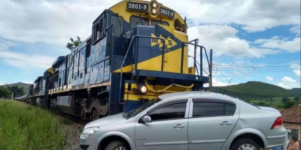 Vídeo: Carro com mãe e duas crianças é atingido por trem e arrastado por 500 metros